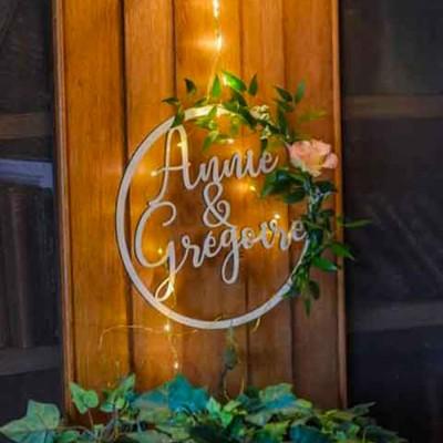 décoration de mariage en bois avec les prénoms des mariés