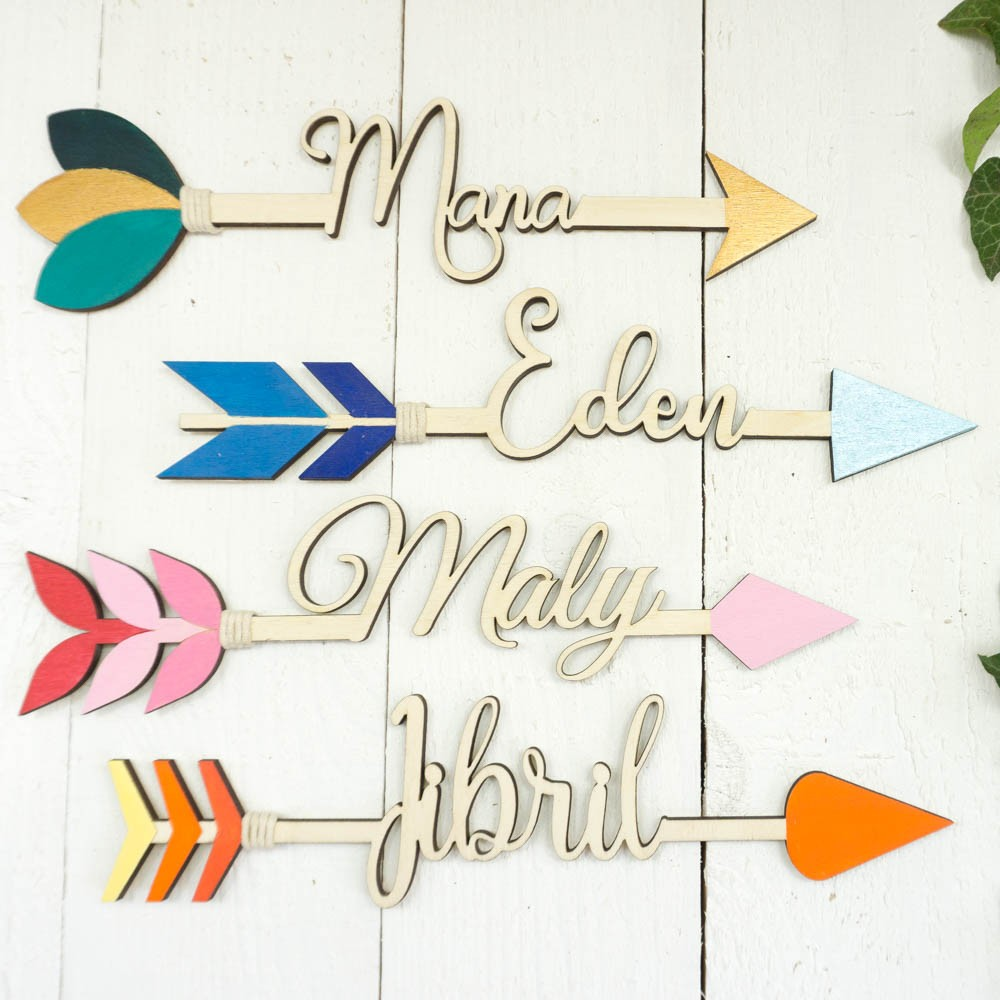Flèche en bois colorée et personnalisée avec un prénom