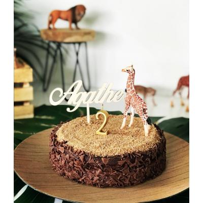 cake topper prénom en bois sur gâteau d'anniversaire