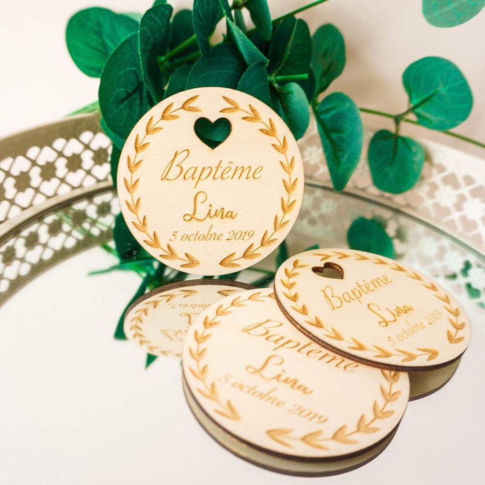 étiquettes de baptême en bois