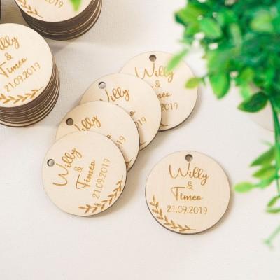étiquette en bois avec une branche décorative