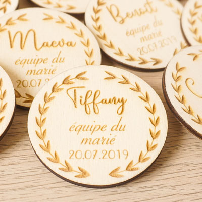 badge de mariage en bois